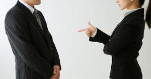 偉くないのに偉そうな人の末路は「嫌われる」威圧的で高圧的な性格の心理と対処法